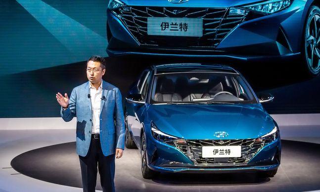 판징타오 베이징현대 판매부본부장이 중국에서 처음 공개된 중국형 아반떼와 함께 중국 전용 기술브랜드인 H SMART+의 전략을 발표하고 있는 모습ⓒ현대차