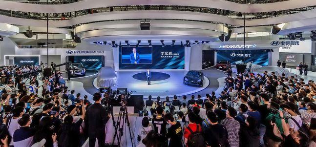 리홍펑 현대·기아차 브랜드 및 판매부문 총괄이 팰리세이드 공개와 함께 수입차 사업 재개를 알리며 새로운 온라인 판매 방식에 대해 발표하고 있는 모습ⓒ현대차