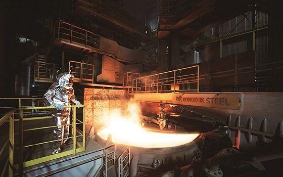 한 작업자가 동국제강 인천공장 에코아크전기로에서 조업을 하고 있다.ⓒ동국제강