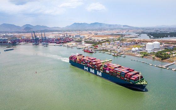 HMM이 보유한 1만3000TEU급 컨테이너선 현대프라이드호가 베트남 항만을 떠나고 있는 모습, 본문과 무관함.ⓒHMM