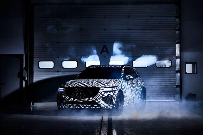 지-매트릭스 패턴으로 감싼 GV70 차량 이미지ⓒ제네시스