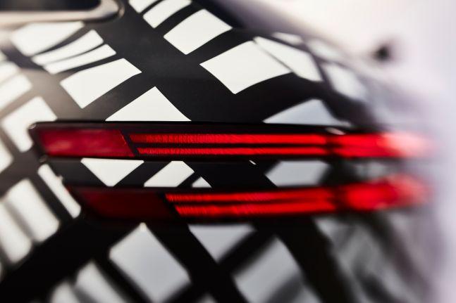 지-매트릭스 패턴으로 감싼 GV70 차량 이미지