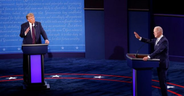 도널드 트럼프(왼쪽) 미국 대통령과 조 바이든 민주당 대선 후보가 29일(현지시간) 오하이오주 클리블랜드에서 대선후보 첫 TV토론을 벌이고 있다.ⓒ연합뉴스