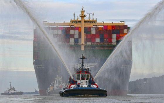 HMM이 보유한 2만4000TEU급 초대형 컨테이너선 알헤시라스호가 독일 함부르크항에 입항하면서 방제선으로부터 물대포 축하 세례를 받고 있다.ⓒ해양수산부