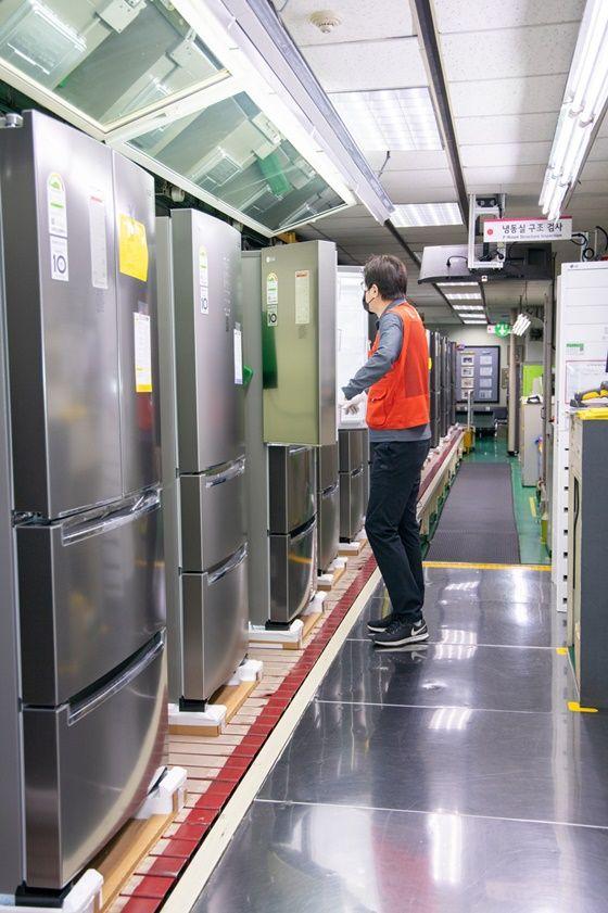 LG전자 직원이 16일 경남 창원시에 있는 냉장고 생산라인에서