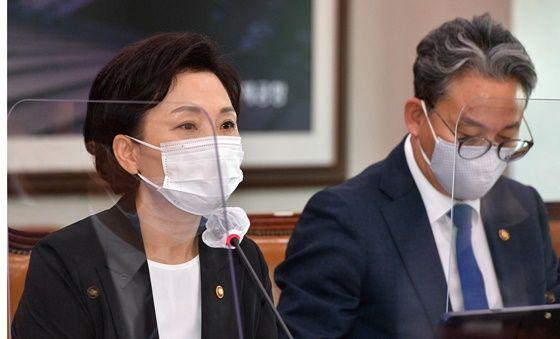 김현미 국토교통부 장관이 최근 국회에서 열린 국토위 전체회의에서 의원들 질의에 답변하고 있다. ⓒ데일리안DB