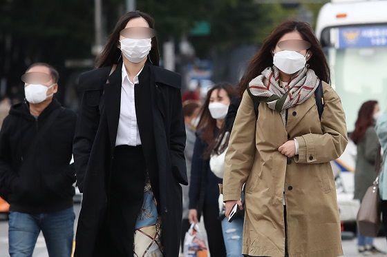 쌀쌀한 아침기온을 보인 지난 15일 오전 서울 광화문네거리에서 시민들이 목도리 등을 두르고 출근하고 있다.ⓒ데일리안 DB