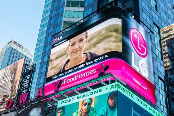미국 타임스스퀘어 전광판을 통해 공개된 10월 16일