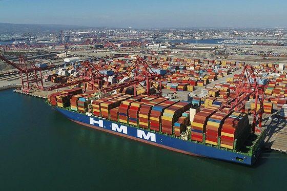 HMM 컨테이너선이 미국 로스엔젤레스(LA) 롱비치항에서 하역 작업 중인 모습.ⓒHMM